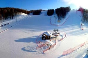 Горнолыжная база Ян подходит для любителей фрирайда - для него есть специальная зона и занятий сноубордом – функционирует полноценный сноупарк