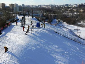 Горнолыжный склон «Узкое» расположен неподалеку от парка «Битцевский лес» в Москве