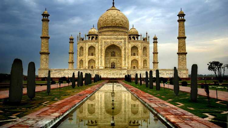 Мечеть и мавзолей Тадж-Махал - достопримечательность Индии