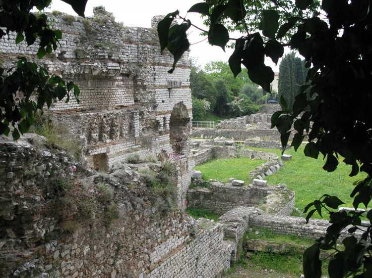 Римский холм - руины древнего поселения Цеменелум в Ницце