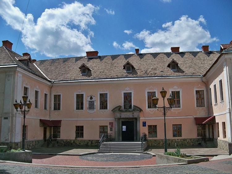 Дворец князей Ракоци достопримечательность в в самом центре Мукачево.