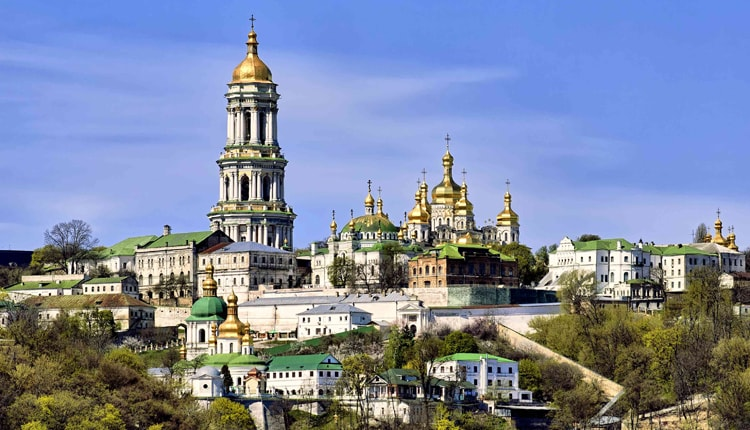 Киево-Печерская лавра, является главной достопримечательностью для туристов.