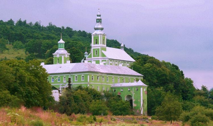 Николаевский монастырь стоит посмотреть в Мукачево.