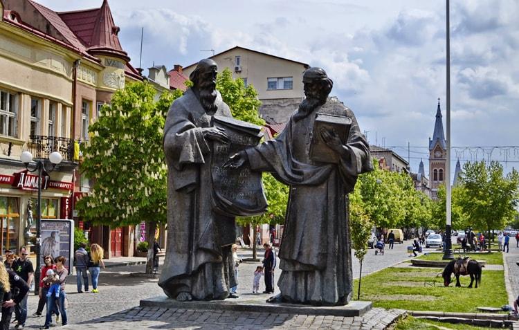 Памятник Кириллу и Мефодию в Мукачево местная достопримечательность для экскурсий по городу.