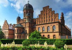 Резиденции православных митрополитов Буковины любимое место для туристов в Черновцах.