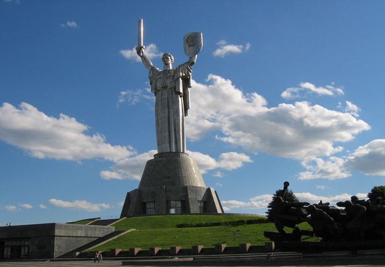 Родина-мать по праву считается наиболее выдающейся из достопримечательностей Киева.