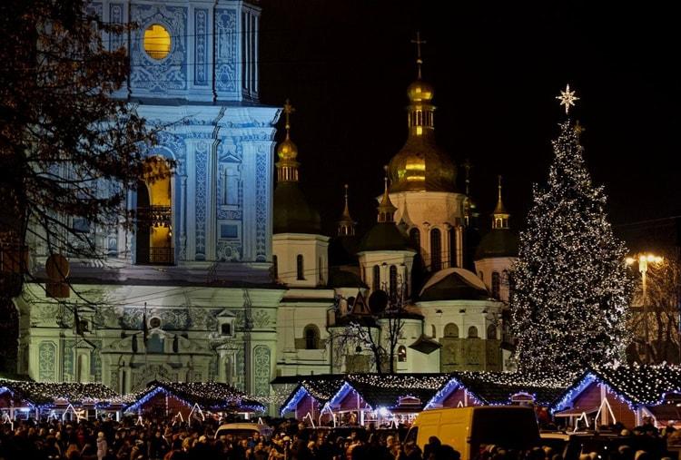Главная елка страны, достопримечательность куда сходить в Киеве зимой просто обязательно.