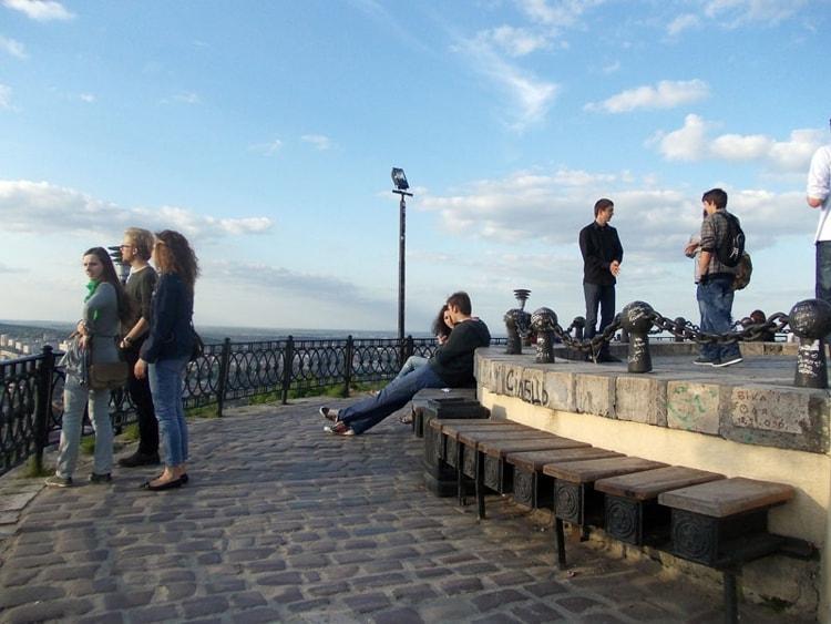 На Высоком замке Львов всегда много туристов