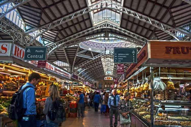 Обязательно нужно посетить Центральный рынок на Рыночной площади, – одно из самых оживленных мест в городе.