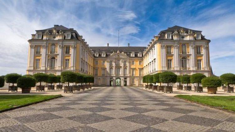 Дворец Аугустусбург - достопримечательность в Кельне, где внутренний интерьер восхищает своей роскошью.