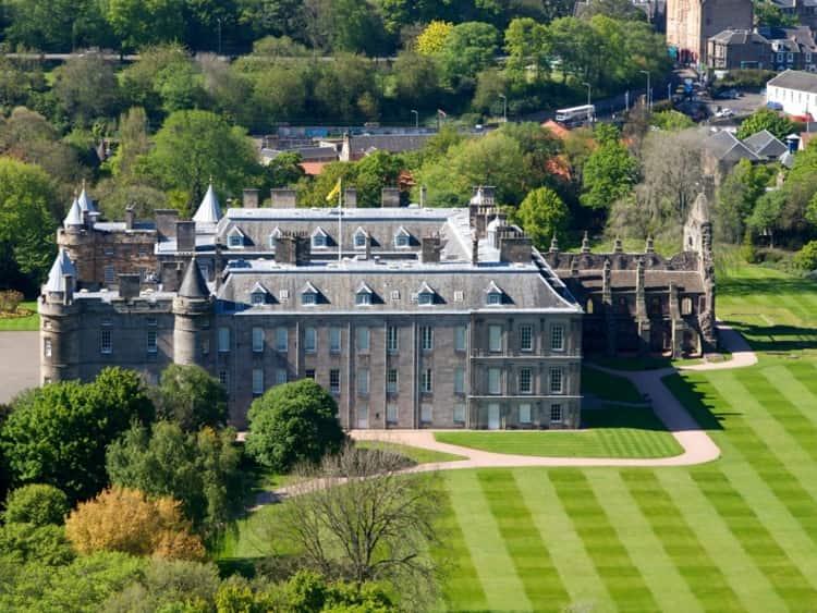 Дворец Холирудхаус - необычная достопримечательность Эдинбурга.