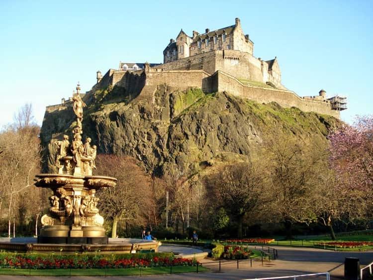 Эдинбургский замок – достопримечательность и неприступная крепости, которая возвышается на потухшем вулкане прямо в центре современного города.