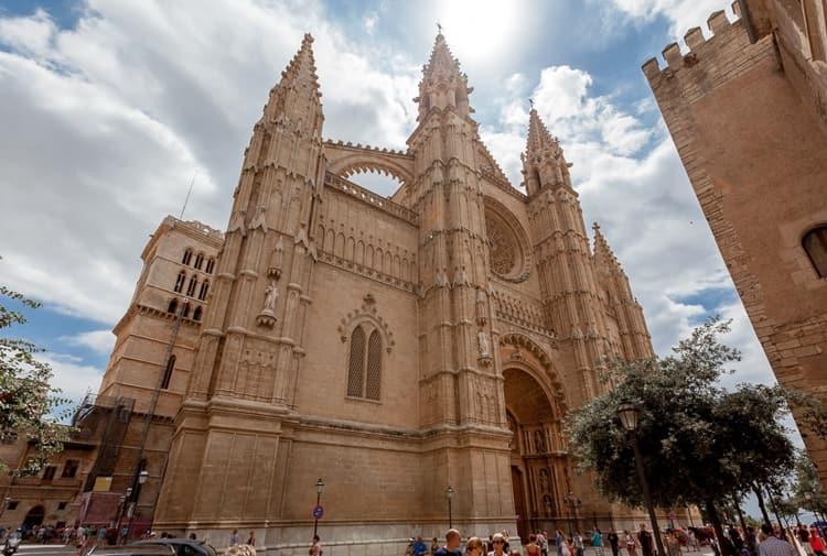 Одним из основных достопримечательностей города является Кафедральный собор Святой Марии.