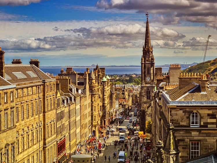 Королевская Миля - достопримечательность в Эдинбурге, которая объединяет четыре улицы, вдоль которых расположены самые интересные заведения города.