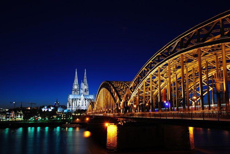 Мост Гогенцоллернов - достопримечательность в Кельне, которая красивая и удивительна, особенно ночью.