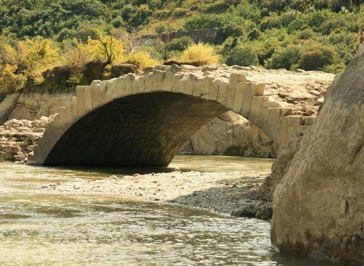 Мост Помпея – каменный мост, достопримечательность Мцеты, построен знаменитым римским полководцем Помпеем