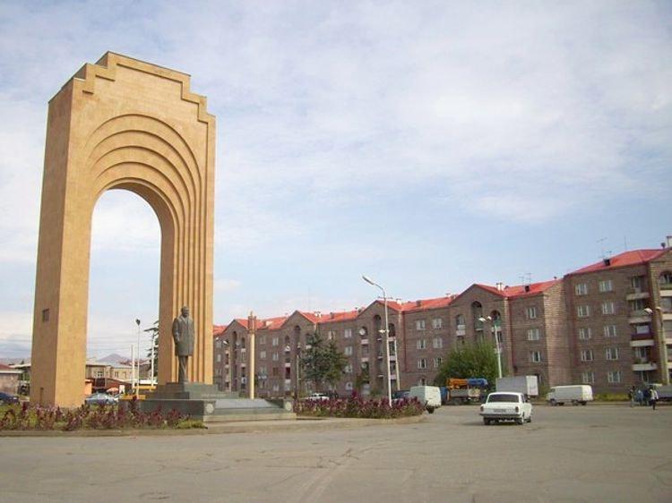 Памятник Шарлю Азнавуру – это гордость Армении и достопримечательность Гюмри.