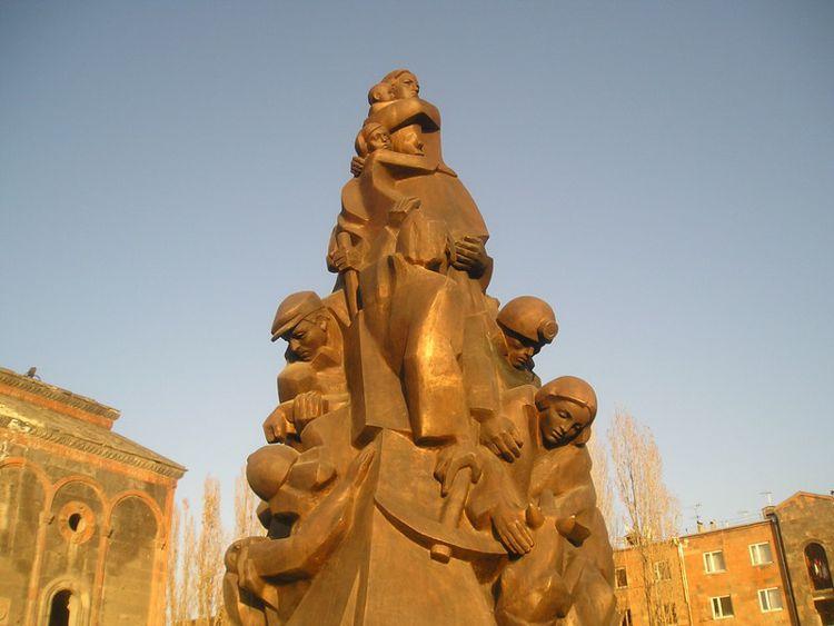 Памятник жертвам землетрясения в Армении в 1988 году – это мемориал, который построили в Гюмри в память о людях, погибших во время Спитакского землетрясения.