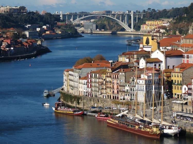 Район Рибейра - это один из самых старых и колоритных районов и достопримечательность Порту.