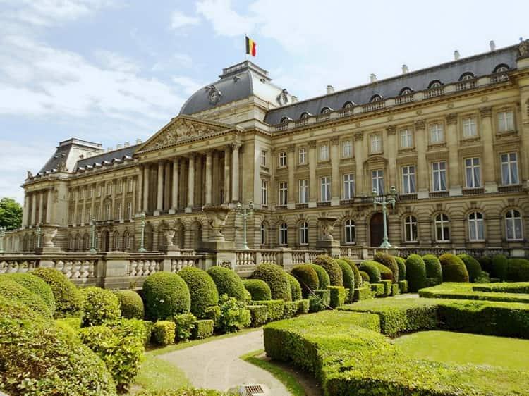 Между Брюссельским парком и Дворцовой площадью расположен Королевский дворец.