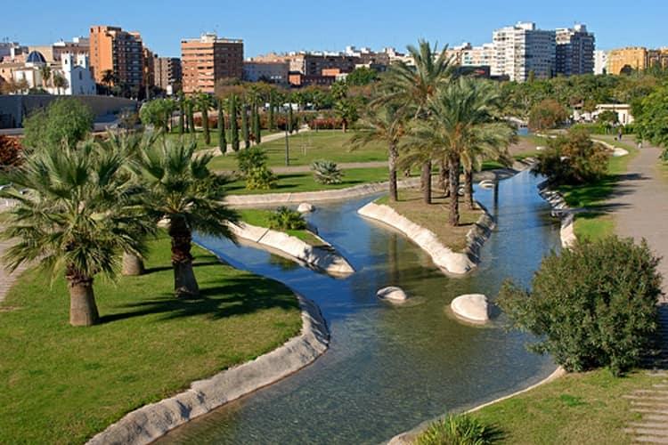 Сады Турии –уникальный парк, разбитый на месте старого русла реки Турия и повторяющий его форму.