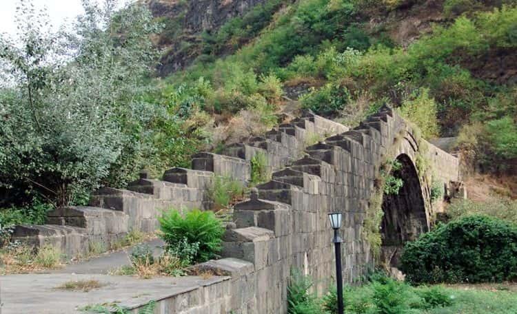 Санаинский мост – это живописная достопримечательность Гюмри с богатой историей и очень интересными легендами, связанными с его происхождением.
