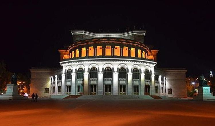 Туристу стоит обязательно посмотреть на Армянский академический театр оперы и балета в Армении.