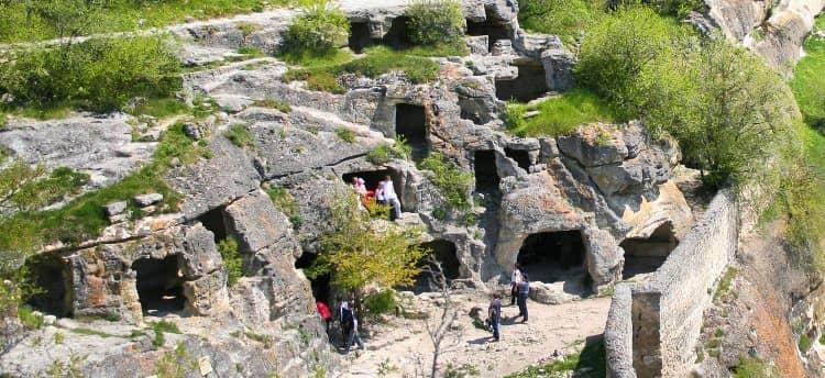 В окрестностях Бахчисарая находится еще одна известная достопримечательность – Чуфут-Кале.