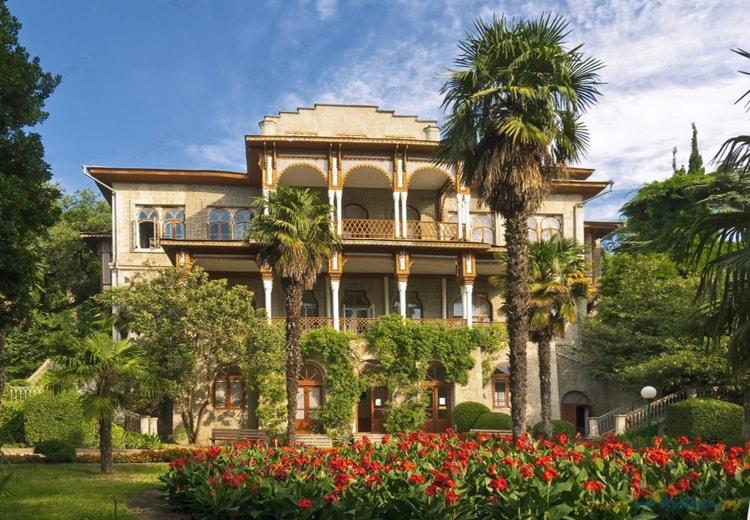 Карасан, дворец в мавританском стиле самая яркая достопримечательность Алушты.