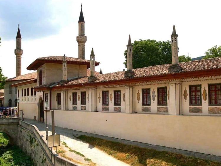 Главной достопримечательностью Бахчисарая является Ханский дворец.