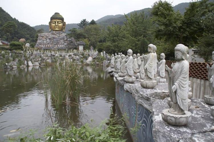 Достопримечательность в Южной Кореи - статуи будды.