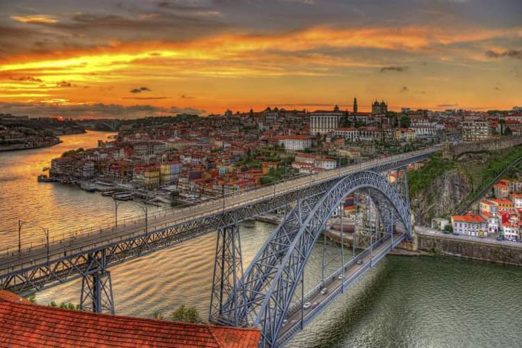 Находясь на набережной, вы не пройдете мимо моста Луиша - это удивительная достопримечательность в Порту.