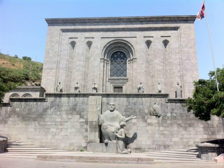 В центре Еревана находится удивительная достопримечательность Матенадаран – музей древних рукописей.