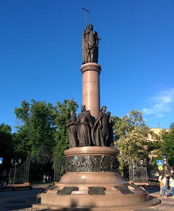 Памятник 1000-летия Бреста вот что нужно обязательно посмотреть туристу.