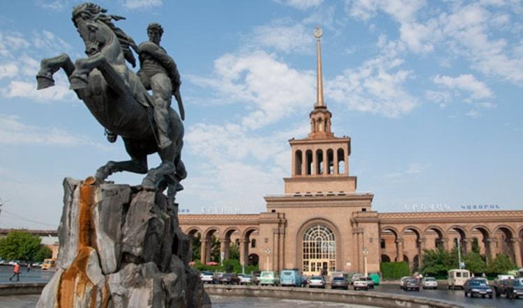 Памятник Давида Сасунского - это символ непобедимого духа армянского народа.