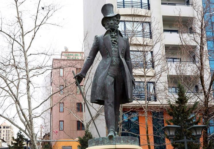 Вид памятника Пушкину в Баку