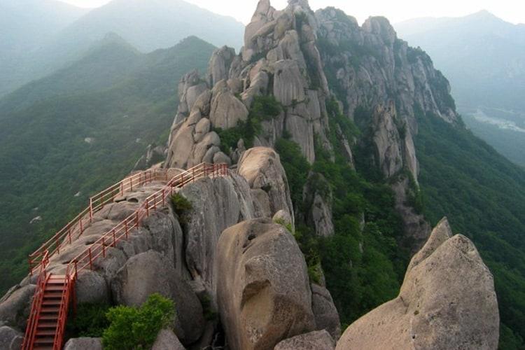 Национальный парк Букхансан – один из самых больших и красивых в Южной Корее.