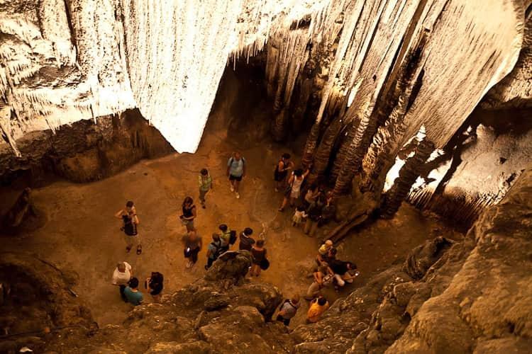 Пещера Арта - достопримечательность в Майорке, которая богата огромными сталактитами и сталагмитами, растущими здесь уже более тысячи лет.