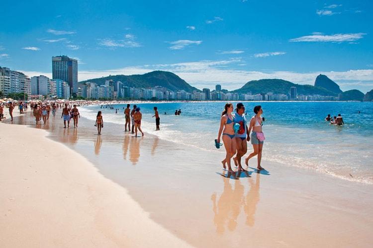 Пляж Копакабана, вот что стоит посмотреть в Рио де Жанейро обязательно.