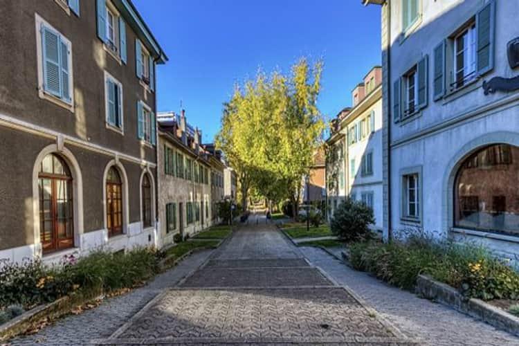 Когда центральные улицы Женевы уже кажутся привычными и скучными, можно отправиться в пригород Каруж.