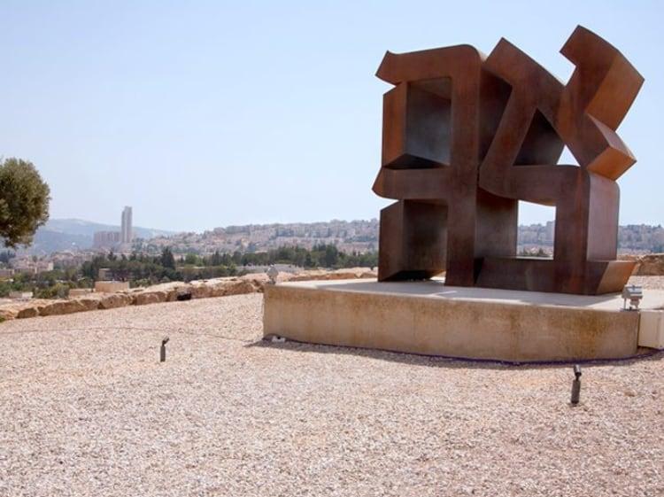 Статуя Любви в Иерусалиме.