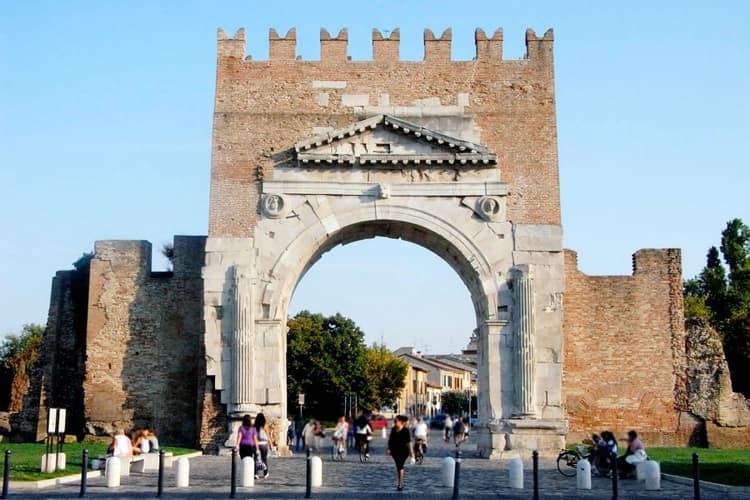 Одной из самых известных архитектурных достопримечательностей Римини является Арка римского Императора.