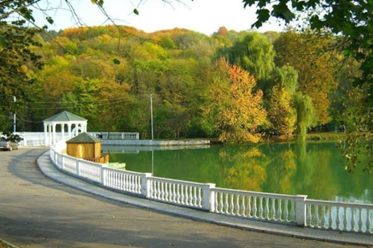 Атажукинский, или, как его еще называют, Центральный парк Нальчика, является одним из главных развлекательных центров и достопримечательностей города.