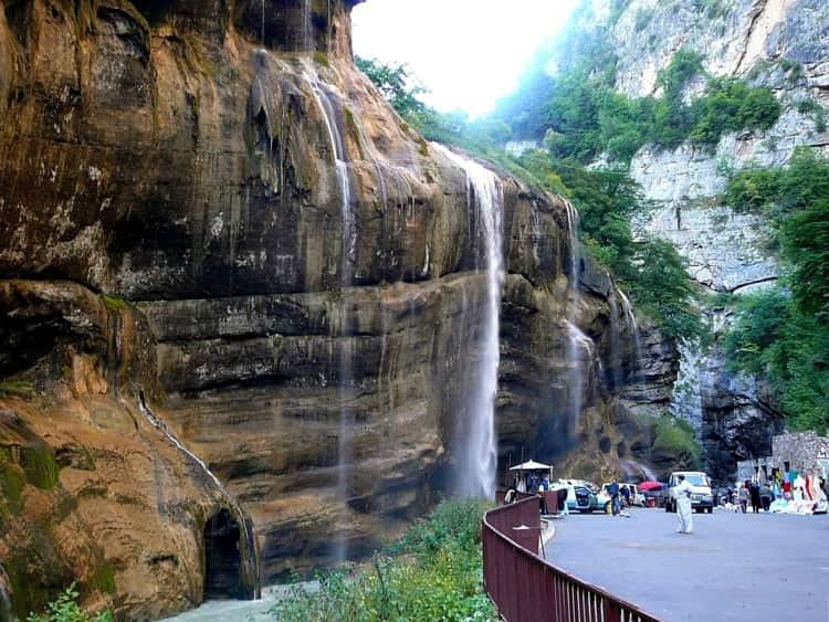 Жемчужиной окрестностей Нальчика являются Чегемские водопады - уникальное место, куда можно сходить в Нальчике туристу.