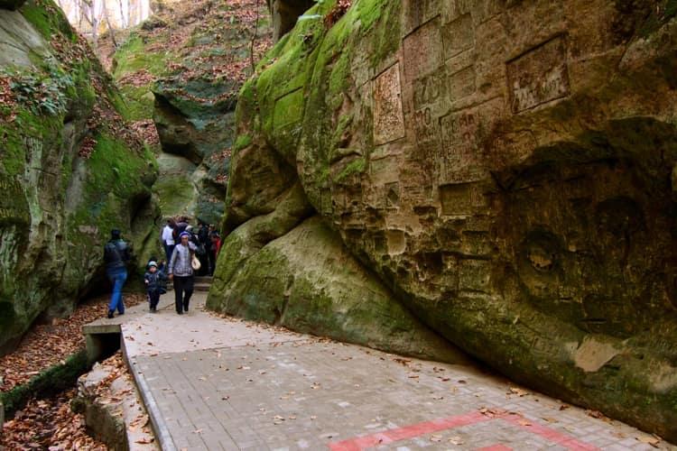 С минеральной поляны виден вход в памятник природы – Дантово ущелье - природная достопримечательность в Горячем Ключе.