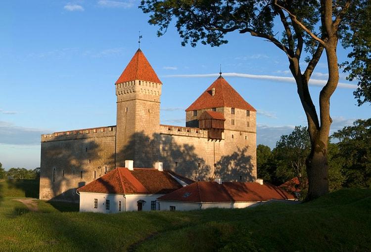 Епископский замок, историческая достопримечательность Эстонии.
