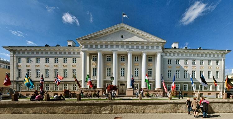 Главный корпус Тартуского университета культурная достопримечательность Эстонии.