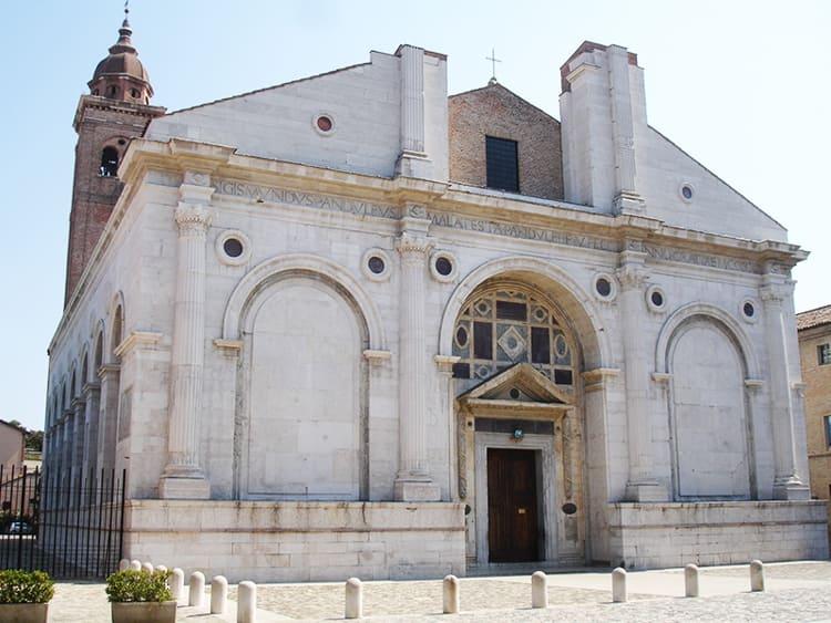 Не менее популярной среди туристов достопримечательностью в Римини является храм Малатеста.