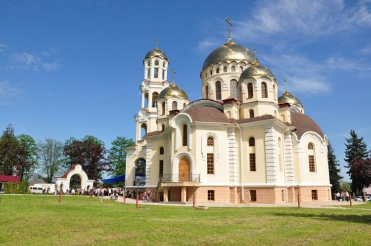 Храм Марии Магдалины - является величественной достопримечательностью в Нальчике.
