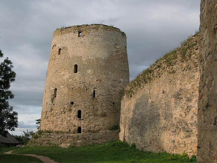 Главной достопримечательностью Старого Изборска заслуженно считается Изборская крепость.